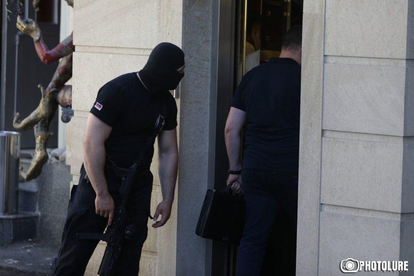 Ազգային անվտանգության ծառայությունը Ալեքսանդր Սարգսյանի բնակարանի մոտ։ Լուսանկարը՝ «Ֆոտոլուր»–ի