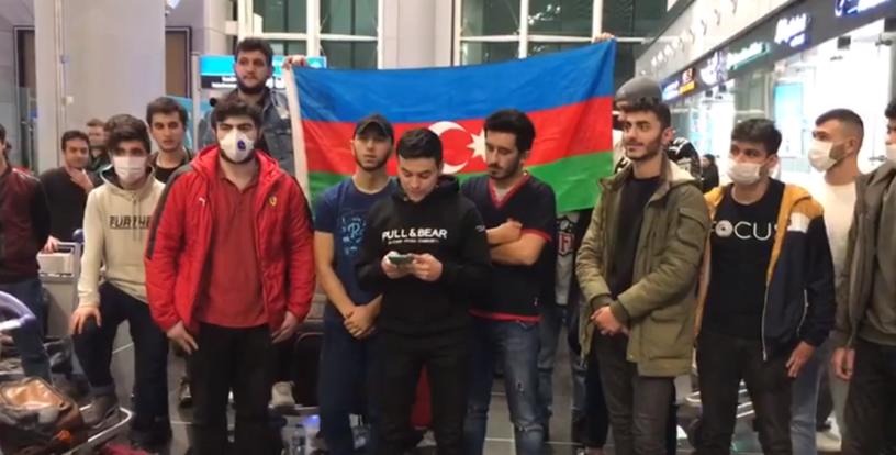 Ստամբուլի օդանավակայանում սպասող ադրբեջանցի ուսանողներ